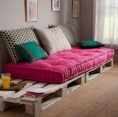 Découvrez comment faire d'une palette un meuble personnalisé en vous inspirant des coups de coeur de Maison & Travaux : 20 Do it Yourself à tomber ! #DIY #DIYpalette #Palette (Crédit photo : Pinterest)