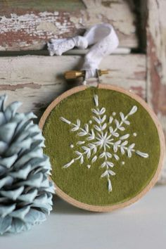 Newest Pic christmas Embroidery Designs Suggestions New embroidery designs by hand ideas christmas trees 57 Ideas Snowflake Embroidery, Christmas Embroidery Patterns, Hand Embroidery Stitches, Embroidery Hoop Art, Embroidered Christmas Ornaments, Embroidery Sampler, Vintage Embroidery, Hand Stitching, Felt Christmas
