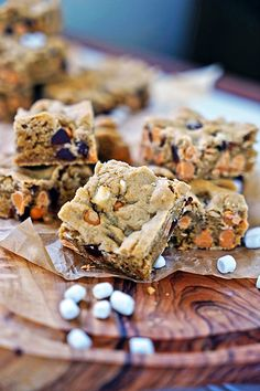 Marshmallow Butterscotch Blondies - These delectable blondies are the perfect comfort food sweet tooth fix. Filled with butterscotch, chocolate chips and little mini marshmallow bits you can't go wrong. Dessert Simple, Sweet Recipes, Real Food Recipes, Easy Desserts, Dessert Recipes, Butterscotch Blondies, Healthy Granola Bars, Bakers Gonna Bake, Brownie Recipes