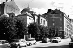Brahenkadun ja Tuureporinkadun kulmassa sijaitseva synagoga rakennettiin aikanaan arvottomaksi katsotulle tontille. Samaa ei voida sanoa nyt. (Kuva: TS-arkisto) Helsinki, Old Photos, Finland, Street View, Architecture, Old Pictures, Arquitetura, Antique Photos, Vintage Photos