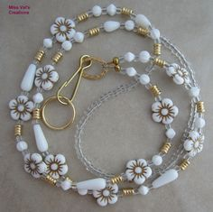 White flower and gold summer lanyard for your ID badge, transportation pass, keys and more. Jewelry Findings, Wire Jewelry, Gemstone Jewelry, Beaded Jewelry, Jewelery, Jewelry Accessories, Jewelry Design, Jewelry Ideas, Beaded Lanyards