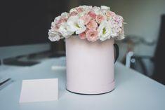 Már évek óta tart a virágdobozok töretlen népszerűsége és úgy tűnik, ezek a szépséges kompozíciók egyhamar nem mennek sehová. Ugyan a virágkötők először csak rózsát használtak ezekhez a díszekhez, a rózsadobozok után szerencsére hamar elterjedtek vegyes virágú társaik is, így a virágdobozok ma még szélesebb körben hódítanak. Kreativitásunk szinte kiapadhatatlan, hiszen megjelentek már a csokival, macaronnal, ékszerrel és pezsgővel kiegészített virágdobozok is. Vase, India, Home Decor, Goa India, Decoration Home, Room Decor, Vases, Home Interior Design, Home Decoration