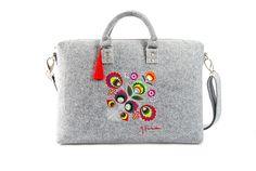 Filcowa torba na laptopa (max 16 cali), została uszyta ręcznie ze sztywnego, szarego filcu. Główną ozdobą torebki jest kolorowy haft - kwiaty Łowickie. Torba ma jeden regulowany i odpinany pasek do...
