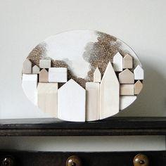 Dieses 3-dimensionale originale-Art-Stück hat Handarbeit, aus einzelne Blöcke des Holzes, die ich sorgfältig geformt, geschliffen und in Form einer Verbreitung von 18 einzelne Strukturen zusammengesetzt. Jedes Haus hat Hand allseitig glatt geschliffen und jede Kante hat für die Darstellung eines sauberen und fertigen abgeschrägt wurden. Die Rückseiten der einzelnen Strukturen haben dauerhaft und sicher montiert zum Panel und soweit möglich, hat jedes Stück miteinander die sichert die Stücke…