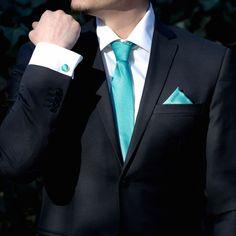 Daca esti un mire cu gandire practica si vrei sa porti la nunta accesorii mereu in tendinte, fie ca te insori primavara sau iarna, trebuie sa stii ca accesoriile turcoaz sunt potrivite pentru orice sezon. Combina deci costumul de nunta cu o cravata turcoaz, dar si cu alte doua piese in aceeasi nuanta, cum sunt batista de buzunar si butonii camasa. In timp ce cravata turcoaz inlocuieste cu succes papionul de nunta, celelalte accesorii dau o nota festiva tinutei tale. Cravata si batista sunt… Cufflinks, Tie, Wedding, Costume, Fashion, Valentines Day Weddings, Moda, Fashion Styles, Cravat Tie
