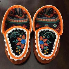Native Beading Patterns, Beadwork Designs, Indian Beadwork, Native Beadwork, Beaded Moccasins, Baby Moccasins, How To Make Moccasins, Beaded Belts, Jingle Dress