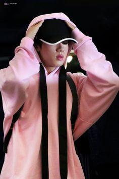 Seokjin airport look 180904 his lips match his hoodie uwu Bts Jin, Bts Bangtan Boy, Jimin, Seokjin, Hoseok, Namjoon, Kim Book, Worldwide Handsome, Lady And Gentlemen