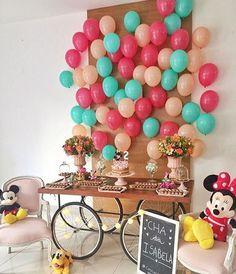 Festinha caseira com tema Minnie, muito fofa! Painel de balões que adoro! Por @chicnicfestascriativas ❤️ #kikidsparty
