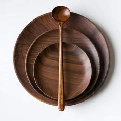 Set of three plates consisting of a large, medium and small with a spoon. they are made of ebony for family fun Madeira Natural, Wooden Projects, Lathe Projects, Wooden Plates, Wooden Kitchen, Wood Bowls, Dinnerware Sets, Küchen Design, Unfinished Wood