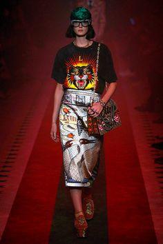 Milán esperaba con emoción la colección de Alessandro Michele, uno de los diseñadores con una visión de la moda más particular de nuestro tiempo. Y no ha decepcionado. Milán ha ten