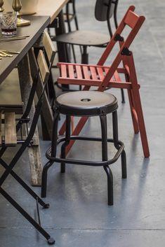 IKEA Deutschland | Warum dieses Jahr nicht einfach mal Partys gemeinsam ausrichten? Entdecke, wie diese Freunde das in ihrer Wohngemeinschaft machen. #IKEA #Balkon #outdoor #Sonne #Gartenmöbel #Terasse #Garten #Feier #Balkon #draußen #essen #party #Sommer #midsommar #scandi #skandi #scandinavian Bar Stools, Dining Chairs, Partys, Furniture, Home Decor, Outdoor, Ikea Products, Dining Table Chairs, Paper Lanterns