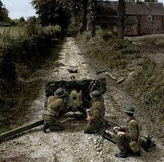 Soldier from the 50th Northumbrian Division using a a anti-tank gun QF 6 57mm (6… Soldat de la 50ème Division Northumbrian en utilisant un canon anti-char QF 6 57mm (6 ...