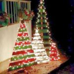 Wood Pallet Projects DIY outdoor wooden pallet Christmas trees with lights - Christmas Decorating Hacks - Christmas Decorating Hacks that save time and money. Easy DIY and craft ideas with pictures included! Wooden Pallet Christmas Tree, Pallet Tree, Diy Pallet, Christmas Tree From Pallets, Wooden Christmas Crafts, Pallet Snowman, Wooden Pallet Crafts, Pallet Ideas For Christmas, Garden Pallet