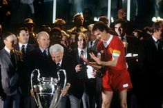 Liverpool v Real Madrid - Parc des Princes 1981 Liverpool captain Phil Thompson waiting to lift the European Cup trophy after his team's win Liverpool Captain, Liverpool Football Club, Liverpool Fc, Best Football Team, European Cup, Champions League, Real Madrid, Concert, Royalty