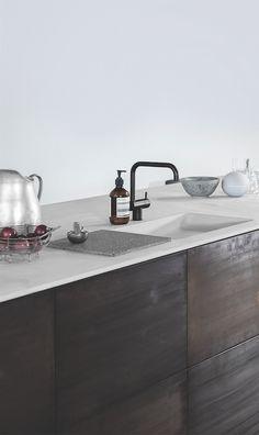 Keukeninspiratie | keuken met Donkere stoere kastfronten met dun licht blad | interieurinspiratie