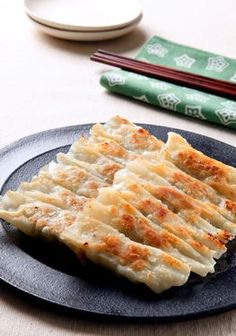 Pan-fried gyoza dumpling (Photo by Katsumi Oyama) -- Directly from my favorite Japanese news paper Asahi Shimbun (in English)!