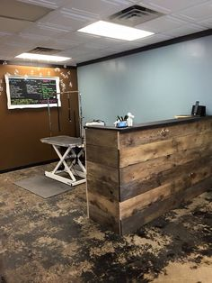 Small grooming salon, front desk and work station. Dog Grooming Shop, Dog Grooming Salons, Dog Grooming Business, Poodle Grooming, Shih Tzu, Dog Spa, Table Cafe, Dog Hotel, Dog Wash