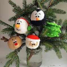 Christmas baubles ornaments – free crochet pattern (Free Amigurumi Patterns) - Z 2019 Crochet Christmas Decorations, Crochet Christmas Ornaments, Crochet Decoration, Holiday Crochet, Christmas Knitting, Christmas Snowman, Free Christmas Crochet Patterns, Christmas Baubles To Make, Crochet Snowflakes