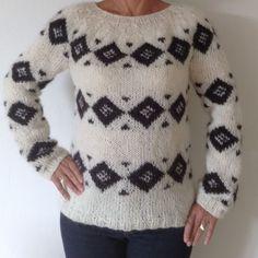 Sarah Lunds rude sweater. 1 stk. færdig model i str. M. Leveringstid: 2-3 hverdage