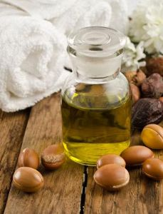 Argan oil -You can also use argan oil as a hair treatment for deep conditioning or as a pre-styling product-it restores shine to hair and helps mend split ends. Its packed with twice as much Vitamin E as other oils Natural Hair Care, Natural Hair Styles, Antioxidant Serum, Homemade Beauty Products, Natural Products, Oil Benefits, Skin Food, Tips Belleza, Oils For Skin