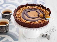 Murean suklaapohjan täytteenä on valuvaa suolakinuskia ja päällä suklaakastiketta sekä pähkinöitä.
