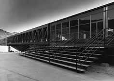 Art Center, Pasadena, by Craig Ellwood- Where Katharine and Adam met Space Architecture, Gothic Architecture, School Architecture, Installation Architecture, Craig Ellwood, Illinois Institute Of Technology, Materials And Structures, Building Structure, Building Front
