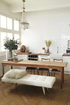 Get inspired by these dining room decor ideas! From dining room furniture ideas, dining room lighting inspirations and the best dining room decor inspirations, you'll find everything here! Home Interior, Kitchen Interior, Interior Architecture, Kitchen Decor, Interior Design, Kitchen Dining, Dining Area, Open Kitchen, Apartment Kitchen