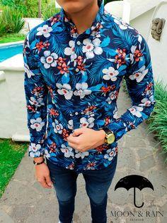 Outfit para hombre; camisa slim fit marino de hojas azules y blancas, jeans de mezclilla y reloj macramé   Hecho en México por Moon & Rain y Tiendas Platino Camisa Floral, Versace Shirts, Stylish Shirts, Men Shirt, Summer Looks, Shirt Outfit, Printed Shirts, Fabric Design, Shirt Style