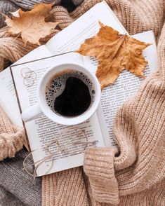 Shared by ℒuсy. Find images and videos about photography, book and coffee on We Heart It - the app to get lost in what you love. Cozy Aesthetic, Autumn Aesthetic, Aesthetic Coffee, Coffee Photography, Autumn Photography, Coffee And Books, Coffee Love, Coffee Coffee, Flatlay Instagram