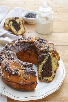CIAMBELLA BICOLORE ALLO YOGURT, sofficissima! Un dolce facile, veloce e genuino perfetto per colazione e merenda. I bambini l'adoreranno! #ciambella #bicolore #yogurt #marmorizzata #dolci #ricette #recipes #gialloblog #colazione