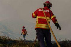 A criação de um regime excecional que permite aos bombeiros voluntários da função pública faltarem ao serviço para combaterem incêndios florestais durante a época crítica vai estar em debate, na quinta-feira, no Parlamento.