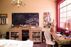Ideas para reciclar una casa  El detalle: un pizarrón old school (si querés copiarlo, dale dos manos de pintura pizarra -$100 el litro- a una madera con bastidor). Foto:Magalí Saberian