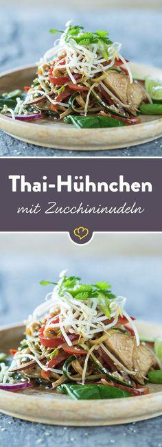 Gemüsepasta auf thailändische Art. Saftiges Hähnchen, Paprika und Sojabohnensprossen runden den bunten Teller voller Vitamine ab.