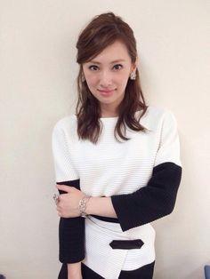 クールビューティーなのに可愛らしい笑顔がとても印象的な女優・北川景子さん。ドラマや映画のみならず、コスメアイテムのCMなど多岐にわたるジャンルで活躍する彼女は「女性が選ぶなりたい顔ランキング」でも堂々1位を獲得。今回はそんな魅力あふれる北川景子さん風メイクテクニックの方法を、ものまねタレント・ざわち