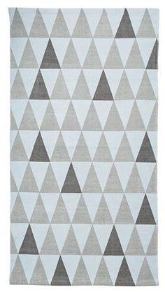 Teppe med geometrisk mønster, lyseblåbunn med grå toner, 60 x 120 cm. Fra Bloomingville.