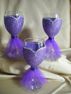 61 Ideas For Wedding Centerpieces Diy Wine Bottles Special Events Glitter Wine Glasses, Diy Wine Glasses, Decorated Wine Glasses, Painted Wine Glasses, Bridesmaid Wine Glasses, Wedding Wine Glasses, Bridesmaid Gifts, Wine Glass Crafts, Diy Centerpieces