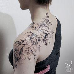 Stunning black and white floral tattoo design idea inspiration shoulder placemen. Rose Tattoos, Flower Tattoos, Black Tattoos, Body Art Tattoos, Girl Tattoos, Vintage Blume Tattoo, Vintage Flower Tattoo, Flower Vintage, Tatoo Flowers