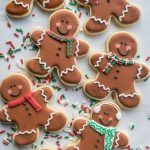 How to make cute Gingerbread Men sugar cookies for the holidays! Great recipe for a cookie swap. Gingerbread Man Cookies, Iced Cookies, Cookies Et Biscuits, Holiday Cookies, Decorating Gingerbread Men, Gingerbread Men Icing, Gingerbread Houses, Sugar Cookie Decorating, Christmas Gingerbread Men
