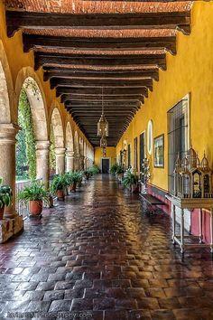 spanish style homes color inspiration Mexican Style Homes, Spanish Style Homes, Spanish Revival, Spanish House, Mission Style Homes, Spanish Style Bathrooms, Spanish Home Decor, L'architecture Espagnole, Hacienda Style Homes