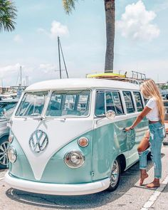 Please excuse me while I break into my dream car and drive off into the sunset✌🏻💙🚙 Latest information about Volkswagen cars, release date, redesign and rumors. Our coverage also includes specs and pricing info. Volkswagen Vintage, Auto Volkswagen, Vw Vintage, Volkswagen Transporter, Vw T1, Volkswagen Beetles, Wolkswagen Van, Van Vw, Vw Kombi Van