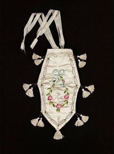 White satin embroidered purse with polychrome silks, silver threads, silver sequins. England or New England, early century. Museum of Fine Arts, Boston. Vintage Purses, Vintage Bags, Vintage Handbags, Jane Austen, Vintage Accessories, Fashion Accessories, Small Drawstring Bag, Regency Era, Regency Dress