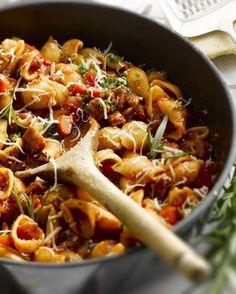 One pot pasta met chorizo en paprika Pasta Recipes, Cooking Recipes, Healthy Recipes, Chorizo, Tapas, One Pot Pasta, Comfort Food, Happy Foods, In Vino Veritas