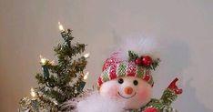 Crea un fabuloso arreglo navideño acomodando adornos como muñecos o santa clauses adentro de una canasta o una cesta. Puedes lograr una com... Christmas Tree, Christmas Ornaments, Holiday Decor, Home Decor, Floral Foam, Cutting Glass Bottles, Christmas Floral Designs, Christmas Paintings, Christmas Eve