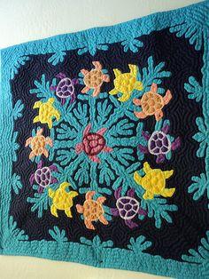 ~ Hawaiian Turtle Quilt I love this! Hawaiian Quilt Patterns, Hawaiian Quilts, Hawaiian Leis, Sea Turtle Quilts, Hawaiian Sea Turtle, Applique Quilts, Quilting Designs, Quilt Blocks, Embroidery