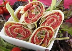 Carpaccio in wrap (nl rec) Tapas Party, Snacks Für Party, Lunch Snacks, Bite Size Appetizers, Appetizer Recipes, Snack Recipes, Healthy Finger Foods, Healthy Snacks, Pesto