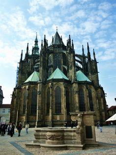 Construido en el siglo IX, fue la residencia de los reyes de Bohemia, emperadores del Sacro Imperio Romano Germánico, presidentes de Checoslovaquia y presidentes de la República Checa. En él se encuentran las Joyas de la corona de Bohemia. Con 570 metros de largo y 130 de anchura media, es considerado el castillo antiguo más grande del mundo.