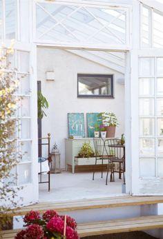 Murad vägg. Där fönsterdelen börjar har Perry murat en liten vägg som förankrar uterummet till huset på ett naturligt sätt.