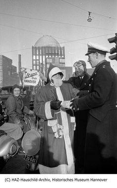 Zu sehen ist, wie der Vespa-Club Hannover 1953 Weihnachtsgeschenke an Verkehspolizisten verteilt.