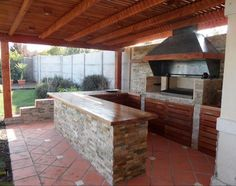 Outdoor kitchen bar ideas are usually made to blend with nature. Either in stone or wooden structure, it makes cozy place to cook and eat outdoor together. Outdoor Cooking Area, Outdoor Kitchen Bars, Patio Kitchen, Backyard Retreat, Fire Pit Backyard, Parrilla Exterior, Bbq Area, Covered Pergola, Outdoor Living