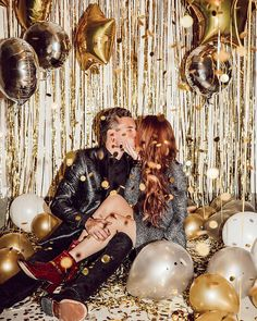 Glamorous Gold And Black New Year's Eve Party Decoration Ideas 27 Nye Party, Disco Party, New Year's Eve Backdrop, New Year Photoshoot, New Years Eve Pictures, New Years Eve Decorations, Glitter Party, Gold Glitter, New Years Eve Outfits